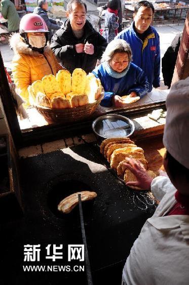 """2月2日,顾客在山东省临沂市郯城县马头镇一老字号食品店购买""""朝牌""""。"""