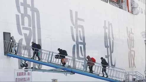 环海路客运站码头,乘客踏上返乡路,相比陆运,海运客流量宽松不少。 记者 赵金阳 摄