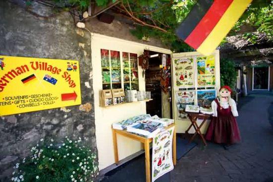 汉道夫街边有许多店铺出售特色手工艺品