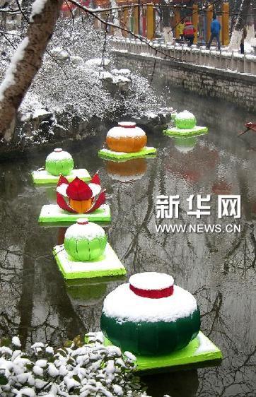 2月5日,在济南市趵突泉公园内,花灯上覆盖了积雪。新华社记者徐速绘摄
