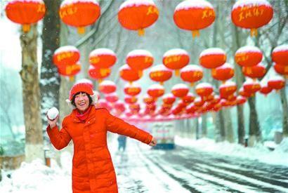 昨日,泉城迎来了入春后第一场雪,济南动物园悬挂起千余盏红灯笼,在白雪的映衬下,营造出新春佳节喜庆氛围。 记者王锋 摄