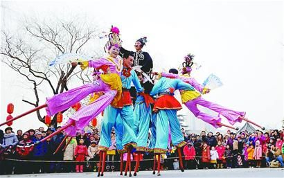 在大明湖景区举办的往届明湖春节文化庙会上,民间艺人为广大游客带来精彩的高跷表演。 记者王锋 摄
