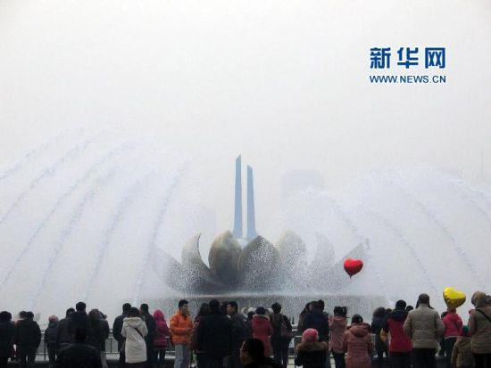 2月10日,大年初一,济南泉城广场的音乐喷泉吸引了众多游客。(朱津明 摄)