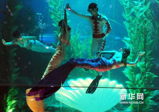 2月15日,演员在水下为观众表演。新华社记者 李紫恒摄