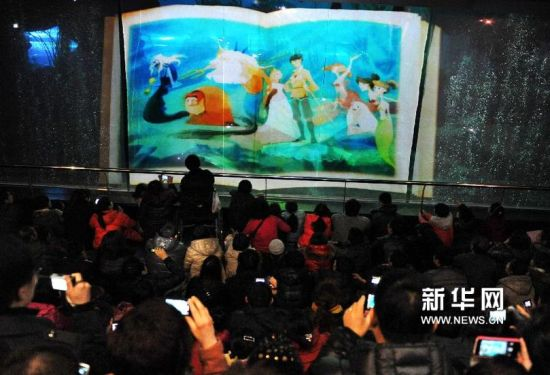 2月15日,观众在观看水下表演。新华社记者 李紫恒摄