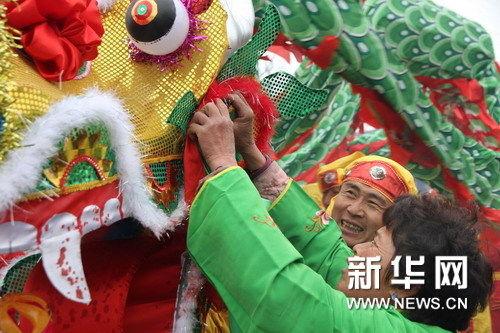 村民在祭祀仪式前整理龙头