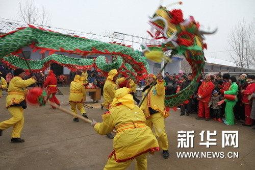 祭龙仪式后进行舞龙表演