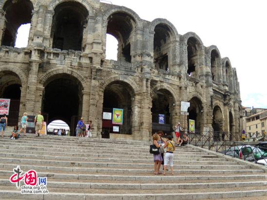 普罗旺斯埃克斯圆形竞技场,四周被60扇拱门环绕