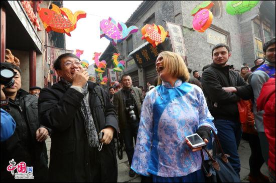 老外周村过大年 最年味最民俗最世界的中外狂欢。 张红霞 摄
