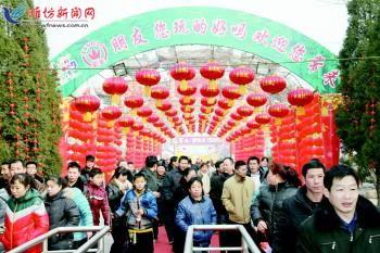 2月16日,潍坊金宝乐园内仍然游人如织。