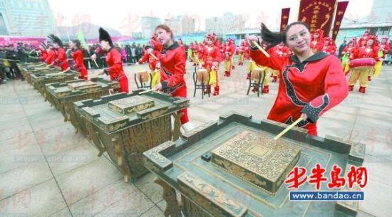 王哥庄社区锣鼓队表演击缶,这种传统乐器是第一次出现在崂山非遗节。