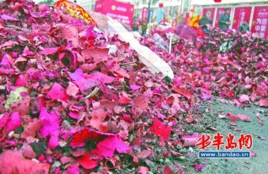 2月17日上午,昌乐路上,一家单位门前成堆的爆竹纸屑。记者 王滨