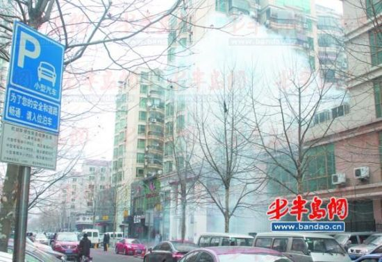17日,闽江二路上商家燃放鞭炮后升起滚滚白烟。记者 景毅