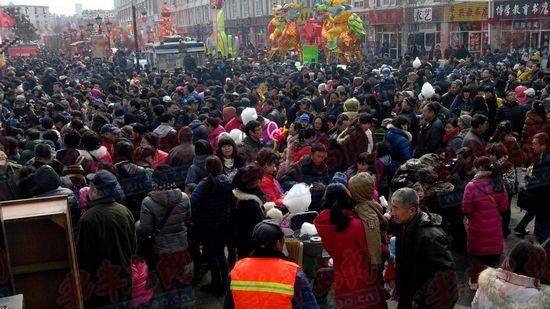 开幕式首日文化街会场内的人群