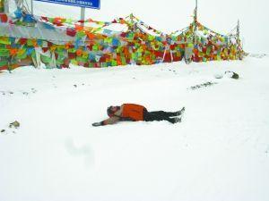 索性躺在雪地里