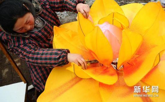 2月18日,山东省聊城市民间花灯艺人李凤英在制作花灯。(张振祥 摄)