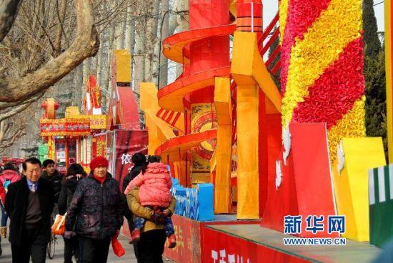 2月19日,在济南市长清区清河街上,大型花灯吸引市民前来观赏。新华社记者 徐速绘 摄