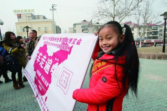 小女孩在向市民展示她的行走计划 记者曹建民摄