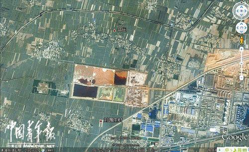 从谷歌卫星地图上看,信华集团赤泥沉降大坑周边分布着数个村庄。 本报记者 丁先明制图