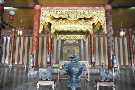 盛水的铜鼎与北京故宫的铜缸防火作用是一样的(黄胜友摄)