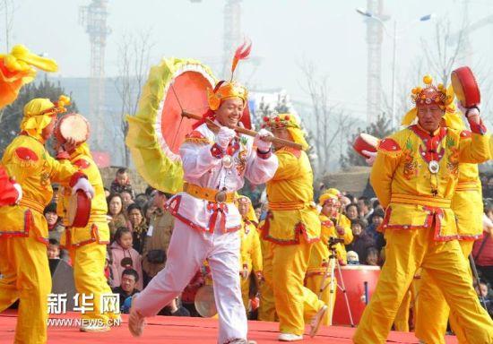 2月22日,在济南市槐荫区腊山河西路广场上,一支来自商河县的秧歌队在表演。新华社记者 徐速绘摄