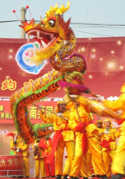 2月22日,在济南市槐荫区腊山河西路广场上,一支来自章丘市的舞龙队在表演舞龙。新华社记者 徐速绘摄