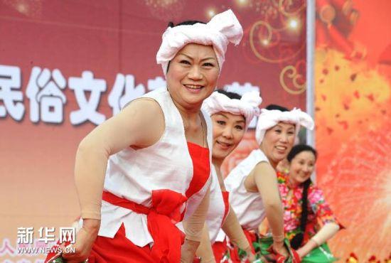 2月22日,在济南市槐荫区腊山河西路广场上,章丘市老年人协会的舞蹈队在表演节目。新华社记者 徐速绘摄