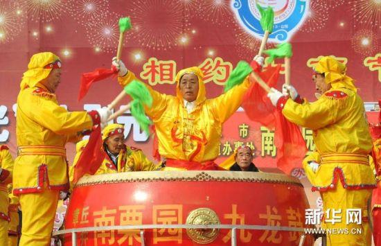 2月22日,在济南市槐荫区腊山河西路广场上,一支济南市的锣鼓队在表演。新华社记者 徐速绘摄