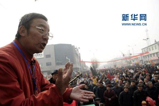 2月21日,来自山东省阳信县的说书艺人李洪彬在胡集书会现场表演毛竹板曲目。(张滨滨 摄)