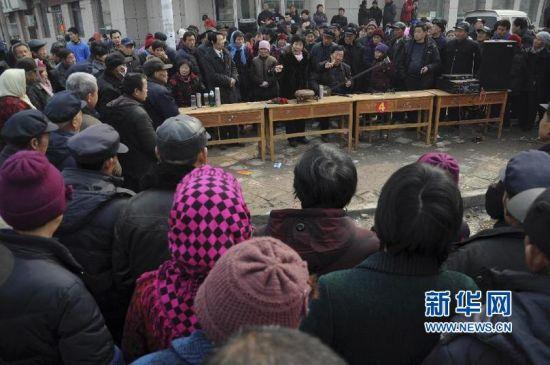 2月21日,来自河北保定的说书艺人张小娣在胡集书会现场表演传统曲目《报母经》。(张滨滨 摄)