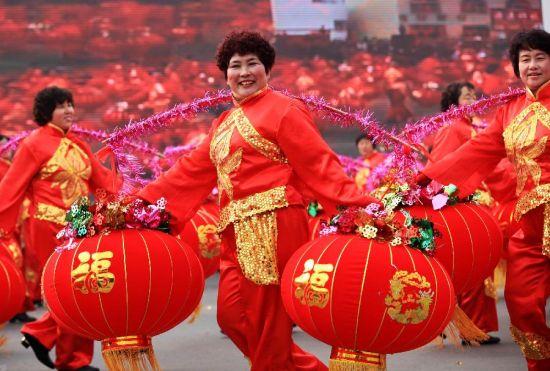 2月24日,演员在山东即墨踩街游行活动中表演。