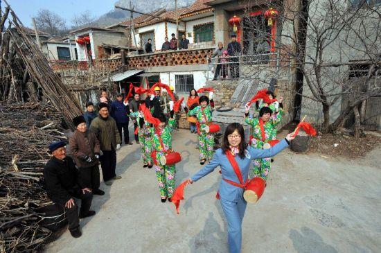 2月23日,国家电网山东淄博供电公司志愿者文艺演出队为上阎村村民表演腰鼓。