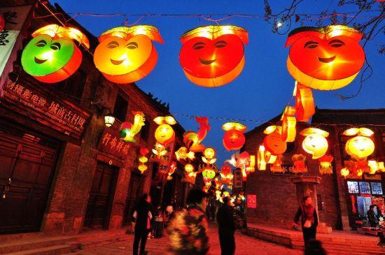 2月22日,游客在山东淄博市周村古城内赏花灯。