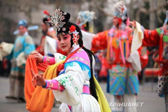 2月24日,山东省即墨市一名演员在表演柳腔曲目。