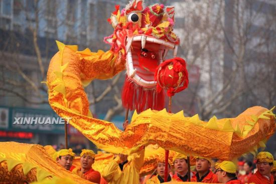 2月24日,山东即墨市即发集团职工们在表演舞龙。