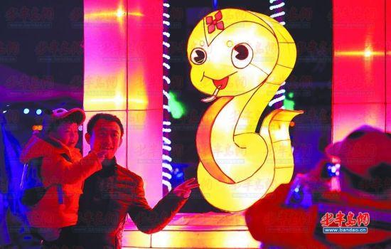 """在""""奥帆之春""""青岛市首届迎春灯会上,市民在观赏花灯。 记者 孟达"""