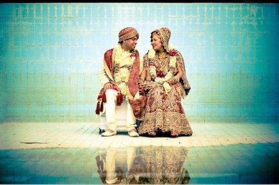 一对新婚夫妇坐在德里郊外农舍的空水池里。之前他们是在德里郊外举行的婚礼。