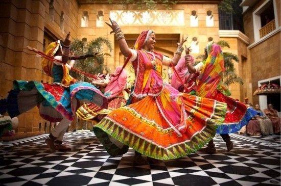 在这组图片中,Sephi Bergerson则将镜头对准了印度的婚礼。在其中,人们可以看到印度不同地区不同风格的婚礼,领略印度的传统婚姻习俗。