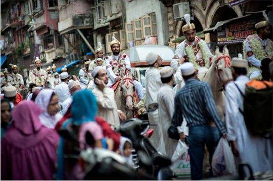 2012年前往孟买参加大型传统伊斯兰婚礼的新郎队伍。2012年曾有318对夫妇同时在那里成婚。