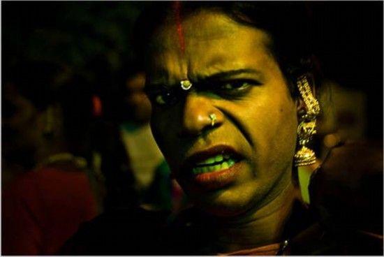 身为印度的变性人团体成员之一的海吉拉在婚礼上唱歌跳舞,祝福新婚夫妇好运和财富。