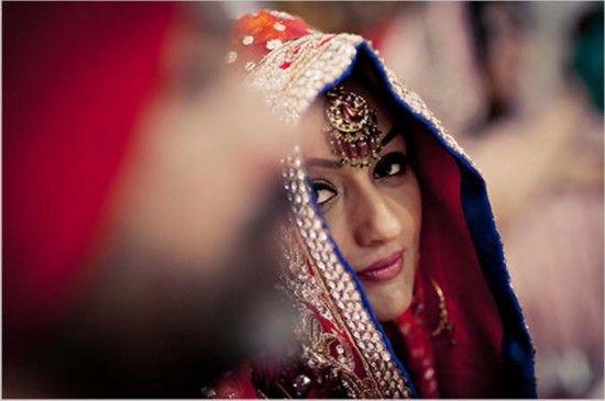 锡克教徒新娘在婚礼上偷瞄新郎。