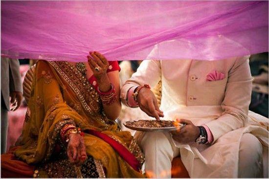 婚礼上放在新郎新娘前的布面纱。在新郎新娘把灰烬扔向圣火之时,人们会移开布面纱,以此象征着新人们夫妻生活的开始。
