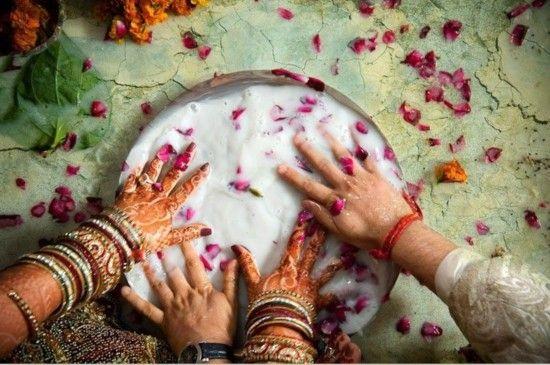 新婚夫妇二人在一碗牛奶和花中寻找戒指。这一活动也是婚礼后仪式的一部分。
