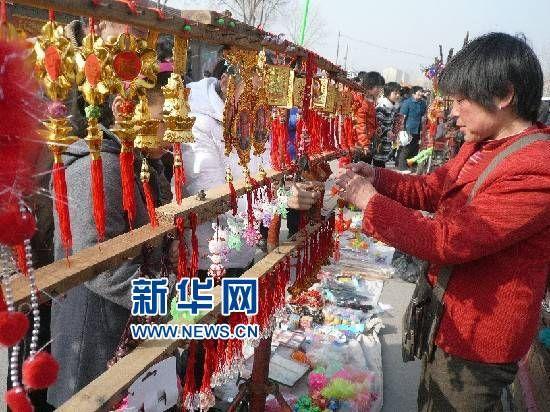 """淄博张店""""踩桥会""""祈幸福"""