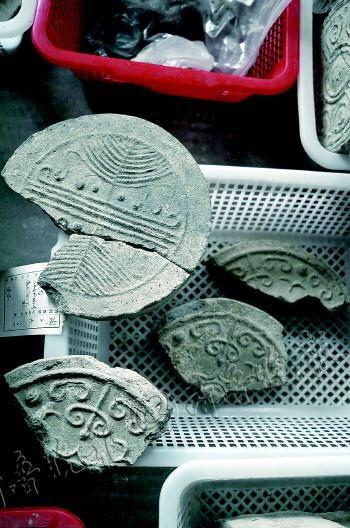 齐国故城10号区出土的陶器,图案纹饰优美考究。   本报记者 乔显佳 摄