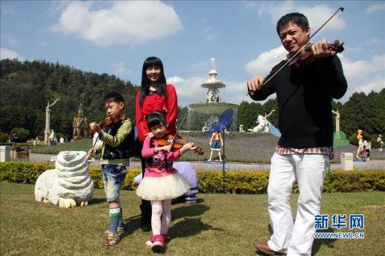 """2月27日,台湾""""DoReMi家族""""在活动中表演《紫色狂想曲》。新华社发"""