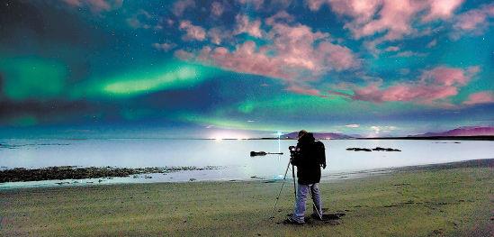 摄影者在拍摄极光