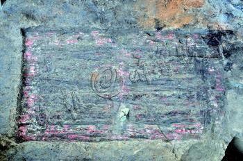 出土的战国宫殿木门上彩绘图案清晰可见。 省文物考古研究所 供图