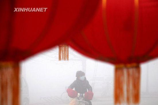 2月27日,市民在大雾笼罩的山东省滨州市街头出行。