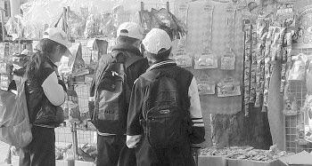 """◥下午放学时间,在济南师范学校附近的摊位前,几名小学生正在选购""""五毛零食""""。"""